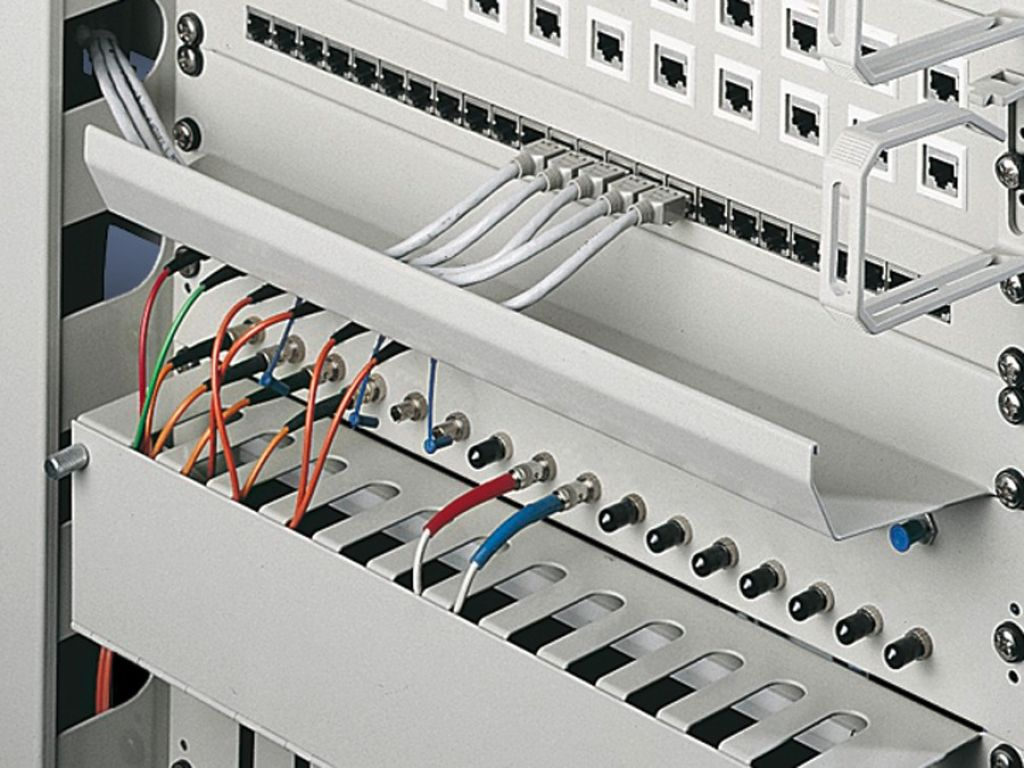 Panel con canal para cables 482,6 mm (19